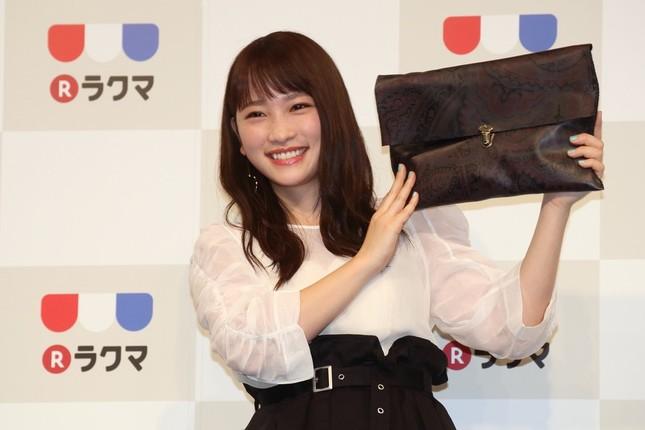 新「ラクマ」新CM発表会に出席した川栄李奈さん。出品するための革製のクラッチバッグを持参した