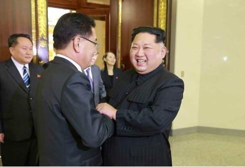 金正恩氏は韓国の特使一行を満面の笑顔で出迎えた(写真は労働新聞から)