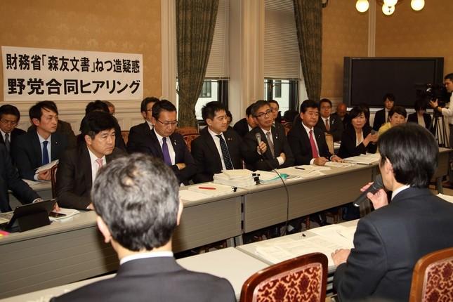 野党によるヒアリングの場で、財務省の富山一成理財局次長(手前右)は職員の自殺について「コメントできない」と繰り返した