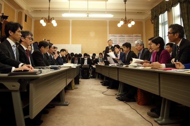3月13日のヒアリングでも事実上「ゼロ回答」だった。左側のテーブルで答弁しているのが財務省の富山一成(とみやま・かずなり)理財局次長