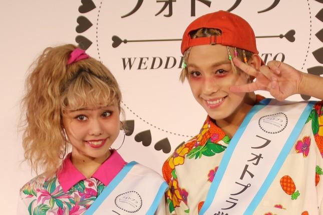 2016年12月に結婚を発表したぺこさん(左)とりゅうちぇるさん(右)