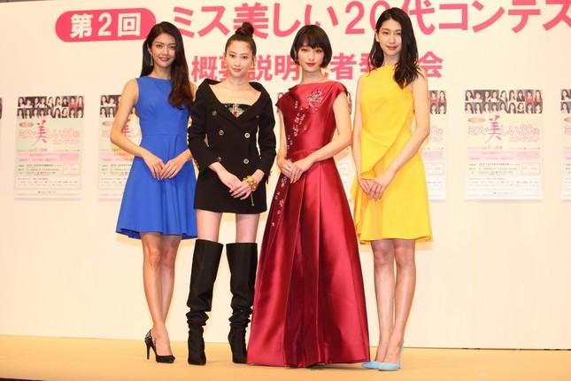 オスカープロモーションを代表する20代のタレントがコンテストへの応募を呼びかけた。左から田中道子さん、河北麻友子さん、剛力彩芽さん、是永瞳さん