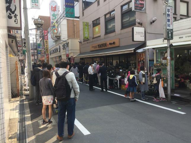 3月25日、「やよい軒」高槻店に大行列が…(提供写真)