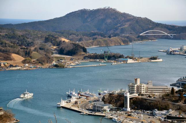 安波山から見た気仙沼湾。大島に架かる橋が見える