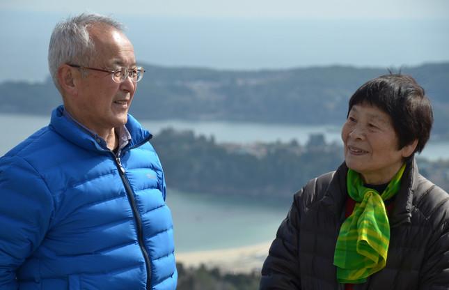 大島に住む小野寺しめ子さん(右)と村上吉行さん