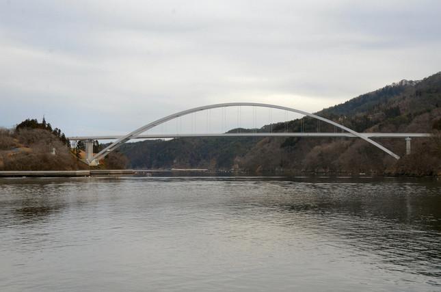 気仙沼から大島に向かう船から見た大橋