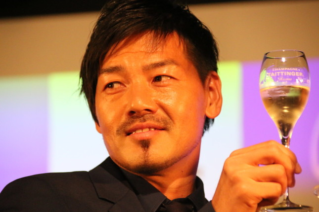 テタンジェの限定ボトルシャンパンを手にする松井大輔選手