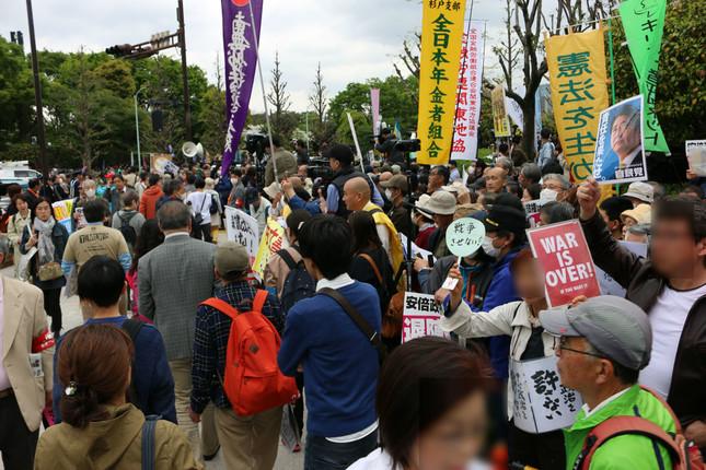 デモには、満員電車よろしく人が集まっていた(2018年4月14日撮影。以下同)