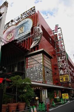 映画の舞台となった大阪市千日前の「味園ユニバース」(Wikimedia commonsより、Starglassさん撮影)