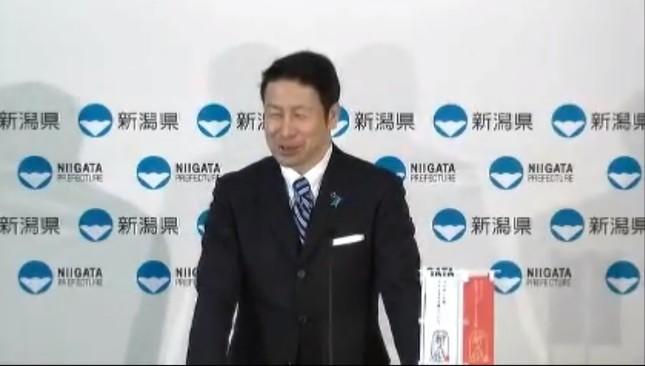 新潟県の米山隆一知事は改めて会見し、進退について明らかにする見通しだ(写真は4月12日の定例会見の様子。新潟県の公式ユーチューブチャンネルから)