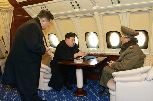 北朝鮮の政府専用機で打合せする北朝鮮の金正恩委員長(中央、労働新聞から)