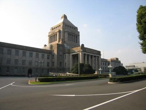 国会開会中の閣僚の海外出張は、衆参両院の議院運営委員会と協議することになっている