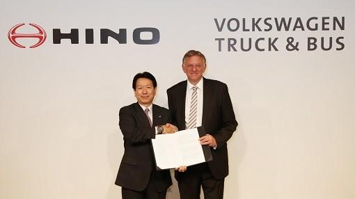 日野自動車社長の下氏(左)とVWトラック&バスCEOのレンシュラー氏(右)