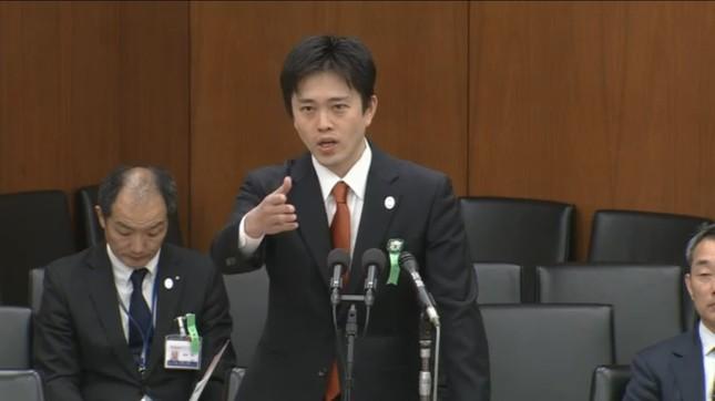 野党が欠席した委員会室を手で示す吉村洋文大阪市長(衆議院インターネット審議中継から)