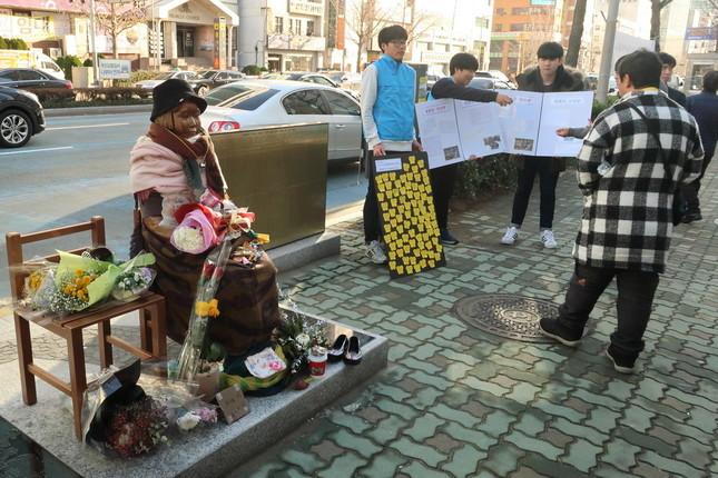韓国・釜山の日本総領事館前に設置された慰安婦像(2017年1月撮影)。すぐ隣に徴用工像の設置が計画されている