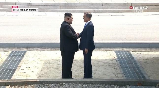 北朝鮮を「訪問」した文在寅氏。金正恩氏で握手した。ひときわ丁寧な態度を見せた形だ