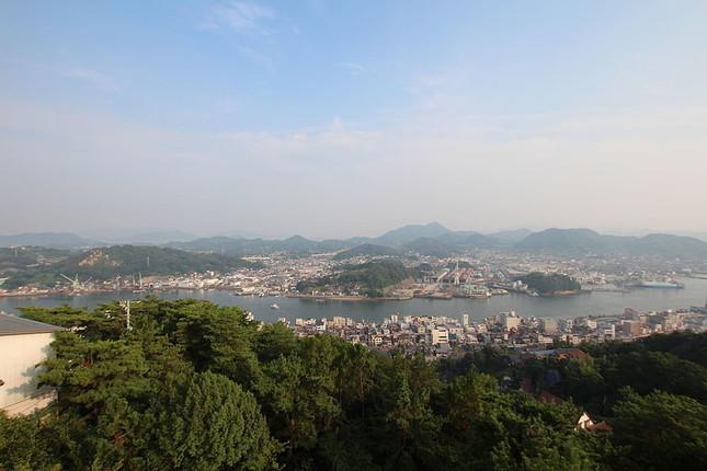 尾道市の千光寺公園展望台からの光景。奥が向島だ(WikimediaCommonsより、KCyamazakiさん撮影)