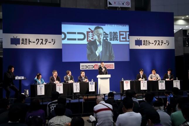 「ニコ超」のステージでは憲法をめぐる議論が展開された。壇上で話しているのが船田元・憲法改正推進本部長代行