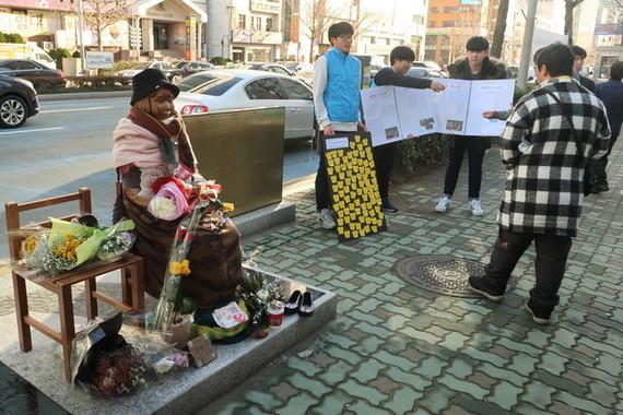 韓国・釜山の日本総領事館前に設置された慰安婦像(2017年1月撮影)。すぐ隣に徴用工像の設置が計画され、警察とのにらみ合いが続いている