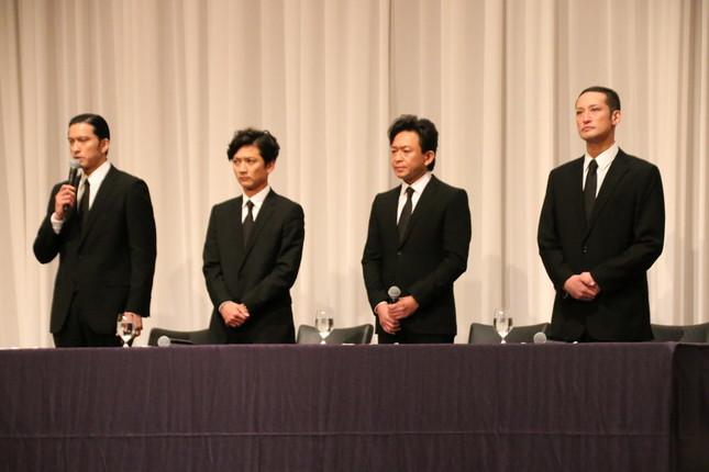 TOKIOの4人は5月2日、ブラックのスーツ・ネクタイで会見し、山口達也メンバーの事件について謝罪した