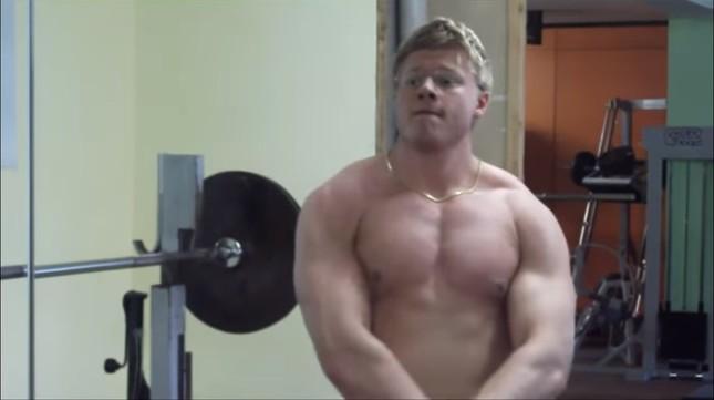 別の動画では、「ムキムキ」の筋肉を披露していた