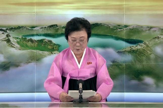 金正恩・朝鮮労働党委員長の訪中を発表する李春姫(リ・チュンヒ)アナウンサー。メガネをかけ、下を向くことが多かった