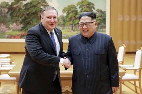 米国のポンペオ国務長官は2018年5月9日に平壌を訪問し、朝鮮労働党の金正恩委員長と会談した(写真は労働新聞から)