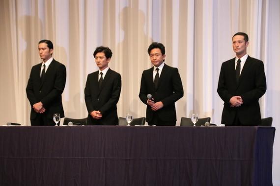 5月2日に謝罪会見したTOKIOの(左から)長瀬智也さん、国分太一さん、城島茂さん、松岡昌宏さん。