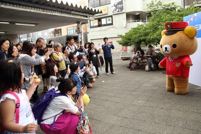 三浦海岸駅では「リラックマ駅長」が観光客を出迎えた