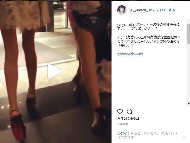 ルブタンのシューズを履き、歩く姿も披露(左が山田優さん、右がアンミカさん)