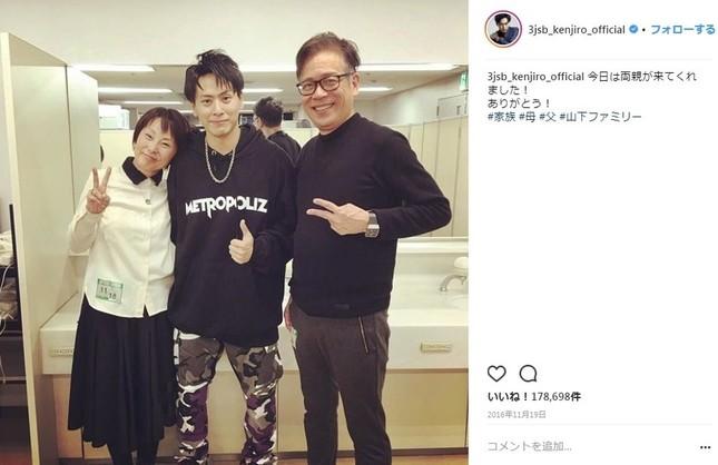 2016年11月に投稿された山下さんと両親の写真(画像は山下健二郎さんのインスタグラムより)