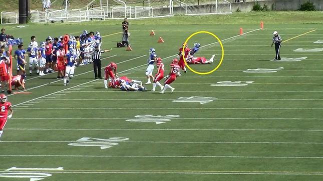 【危険タックルの一部始終(4)】タックルを受けた関学QBはこのプレーで負傷し、フィールドを去った