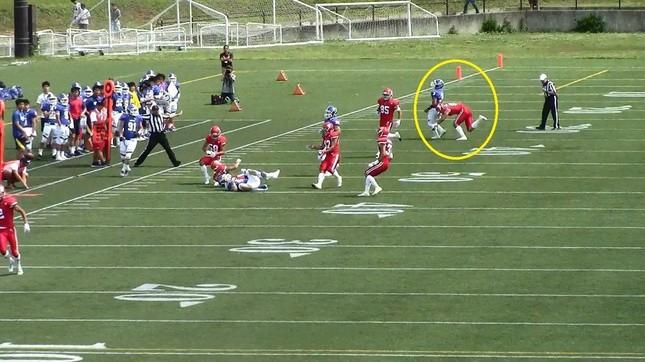赤の日大選手が、無防備な青の関学選手に背後からタックルしたシーン(関西学院大学提供)