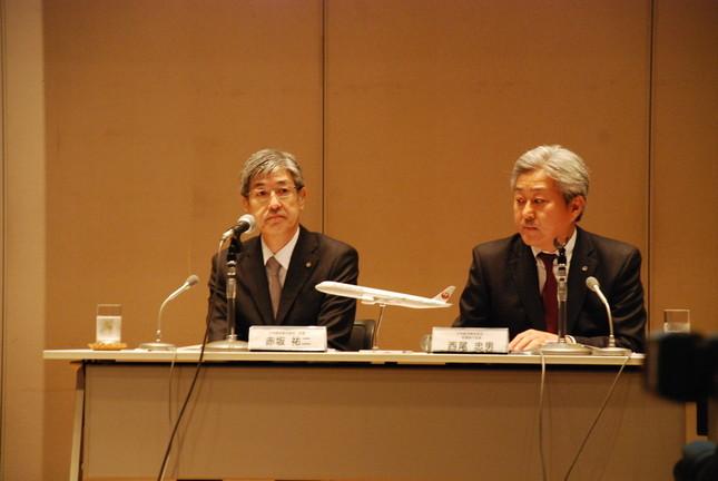 会見した日航の赤坂社長(左)