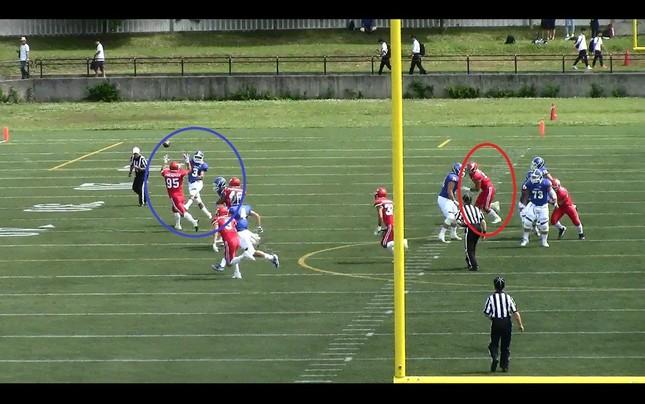 【危険タックルの一部始終(1)】青のジャージが関学、赤が日大。パスを投げ終えた関学QBに、日大が選手走り寄る