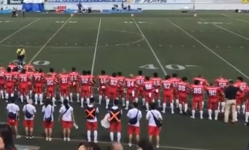 ネット上で注目を集める、YouTube動画の一部。コーチらしき人物が宮川選手に何やらささやいている(右端)