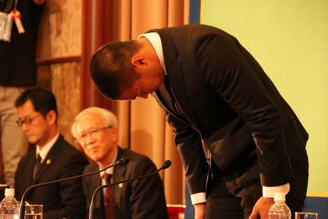 会見で頭を下げて謝罪する日大アメフト部の宮川泰介さん