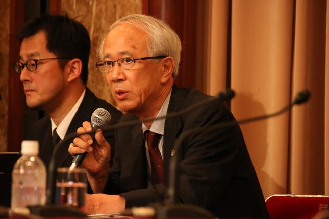 会見に同席した代理人の西畠正弁護士(右)は「顔を出さなくて何が謝罪だと、撮影を受けることにした」と代弁した。左は薬師寺孝亮弁護士