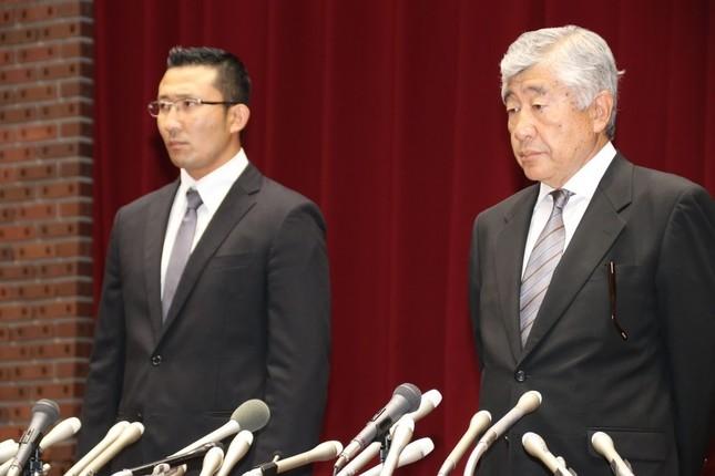 会見する内田正人前監督(右)と井上奨コーチ