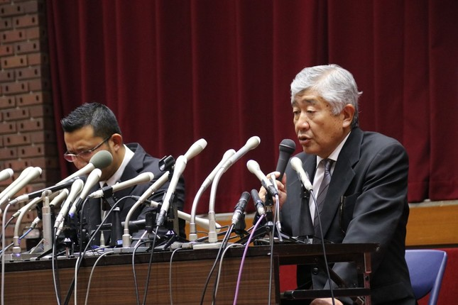 会見した内田正人前監督(右)と井上奨コーチ