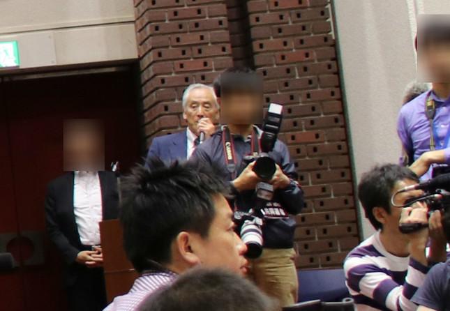 中央奥、ネイビーのスーツを着た男性が司会をつとめた