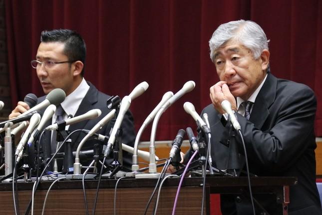 緊急会見した内田正人前監督(右)と井上奨コーチ