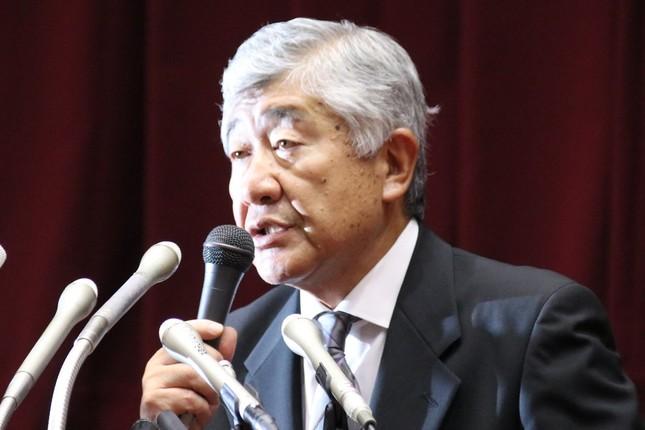 質問に答える内田前監督