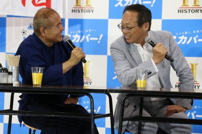 八塚浩氏(左)とサッカー談義を楽しむ岡田武史氏