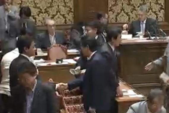 安倍首相は散会直後に玉木共同代表に歩み寄って握手した(写真は衆院インターネット中継から)