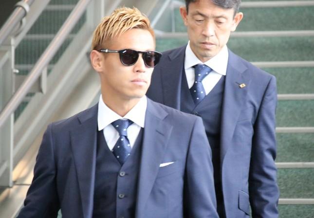 黒のサングラス姿で現れた本田圭佑選手