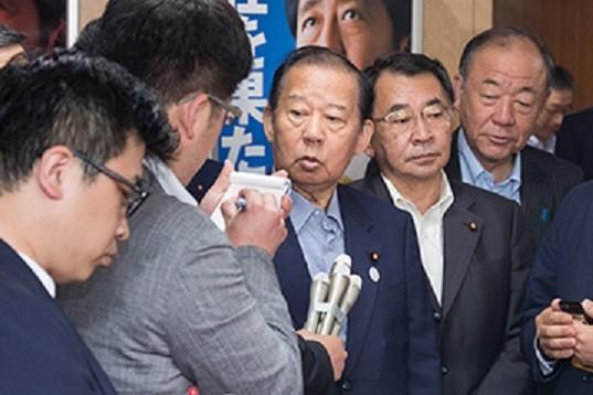 花角英世氏の当確後にぶら下がり取材に応じる自民党の二階俊博幹事長(自民党ウェブサイトから)