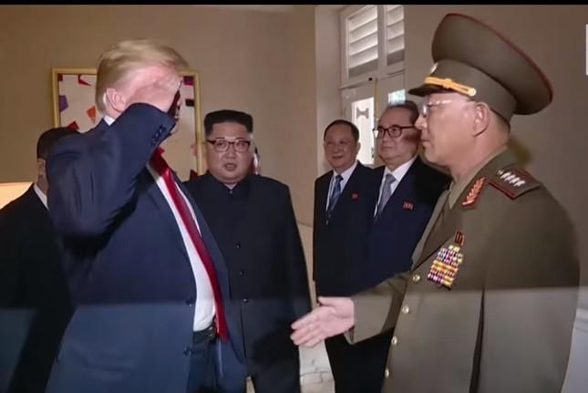 トランプ大統領の敬礼が波紋を広げている(写真は朝鮮中央テレビから)