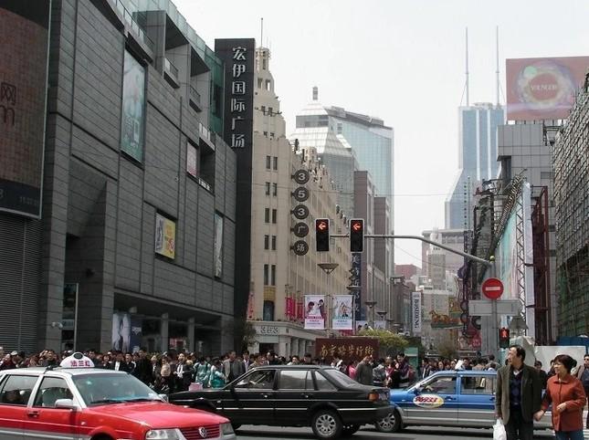上海の南京西路は買い物客でいっぱいだ。輸入品の需要も高い