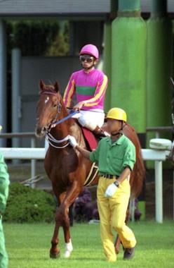 テイエムオペラオーと和田竜二騎手、1999年10月10日(Wikimedia Commonsより。作者:もがみますみ)